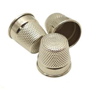 Висококачествен неръждаем метален напръстник за шиене. Подходящ за възрастни.